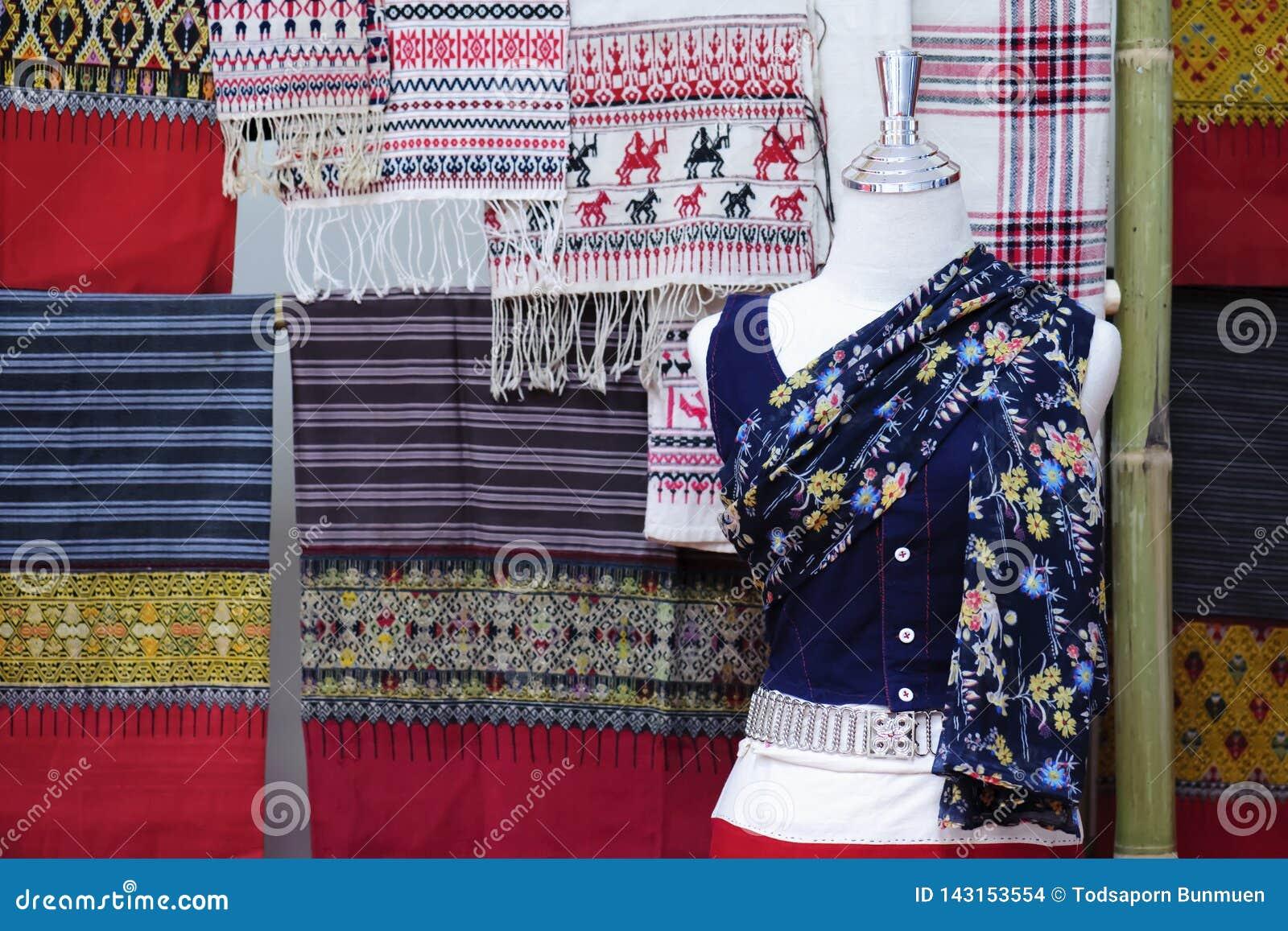 时装模特显示佩带的手织的丝绸礼服