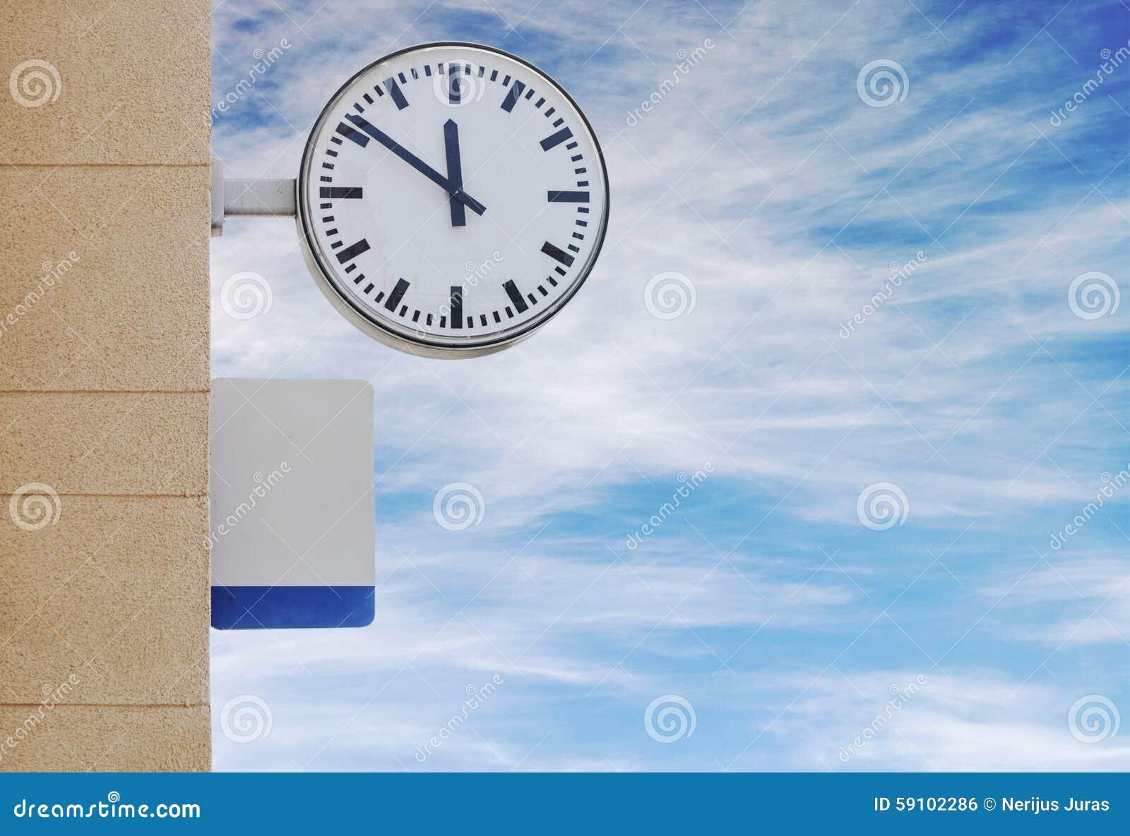 时钟和板材对于信息在火车站