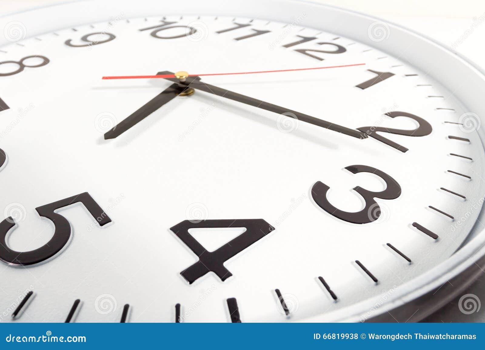 时钟或时间抽象背景 有红色和blac的白色时钟