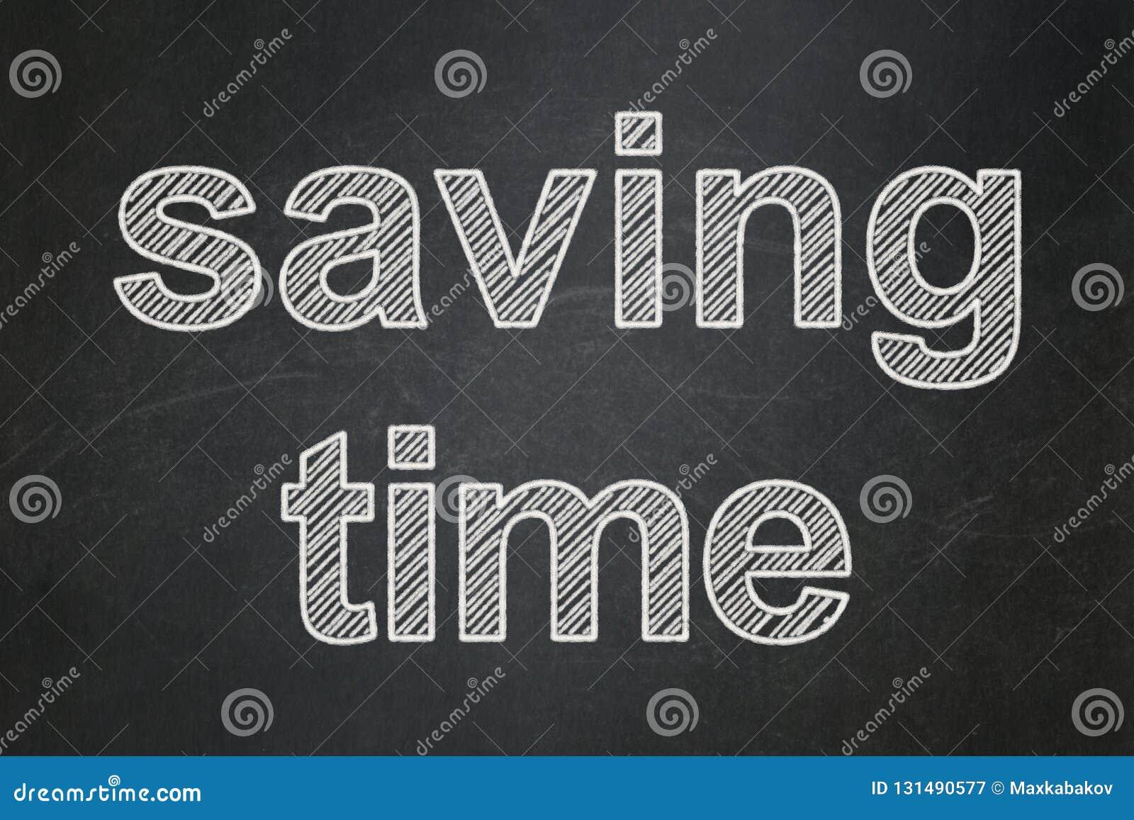 时间安排概念:在黑板背景的保存的时间