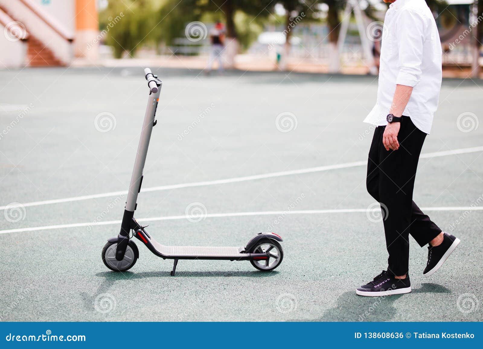 时髦人士照片有电滑行车的在街道
