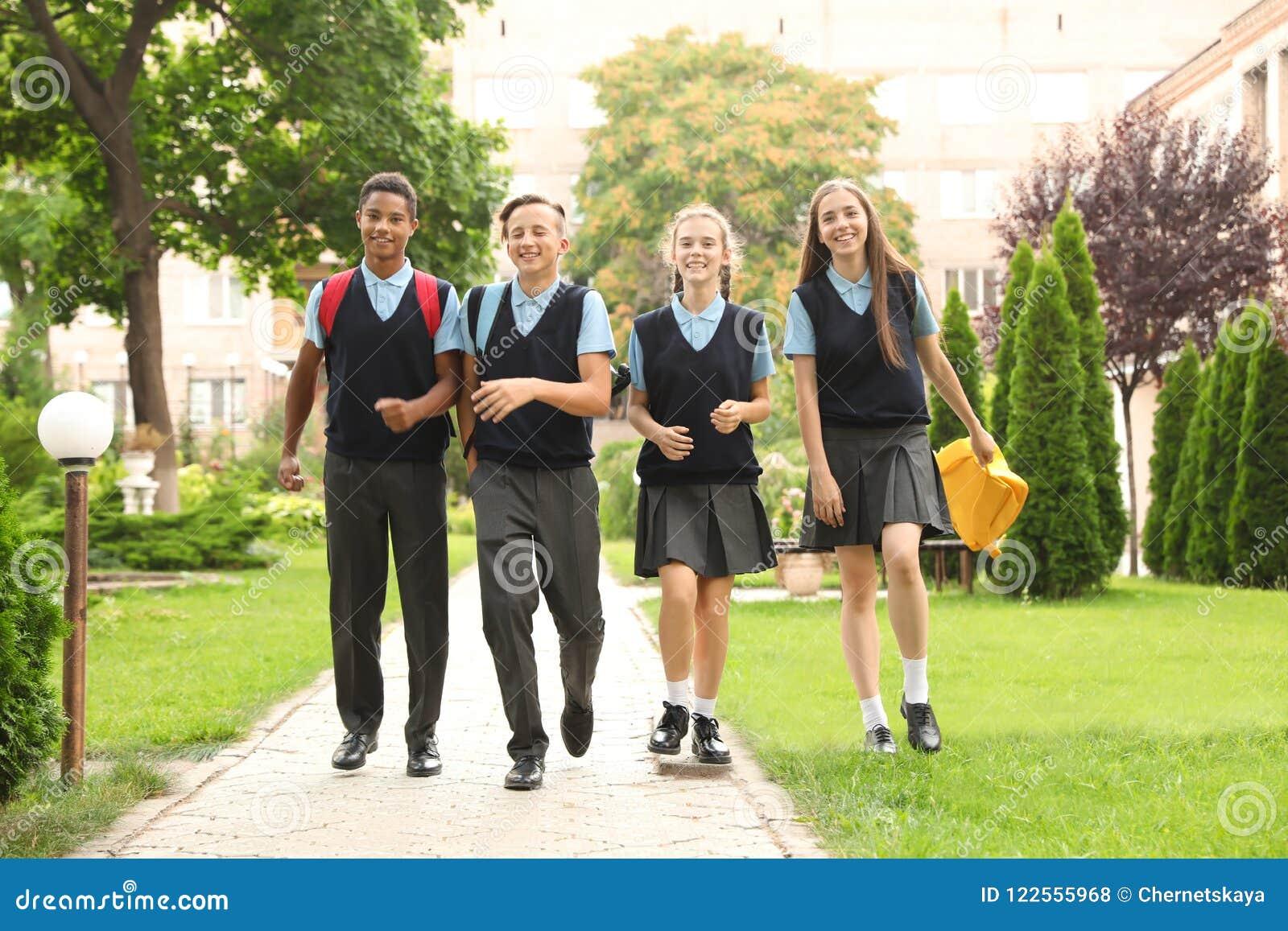 时髦的校服的少年学生