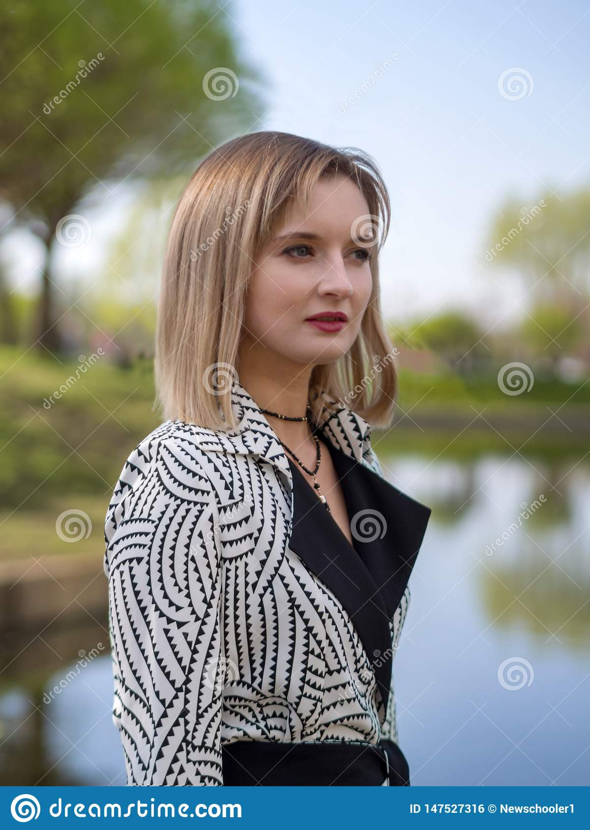 时髦的白肤金发的妇女