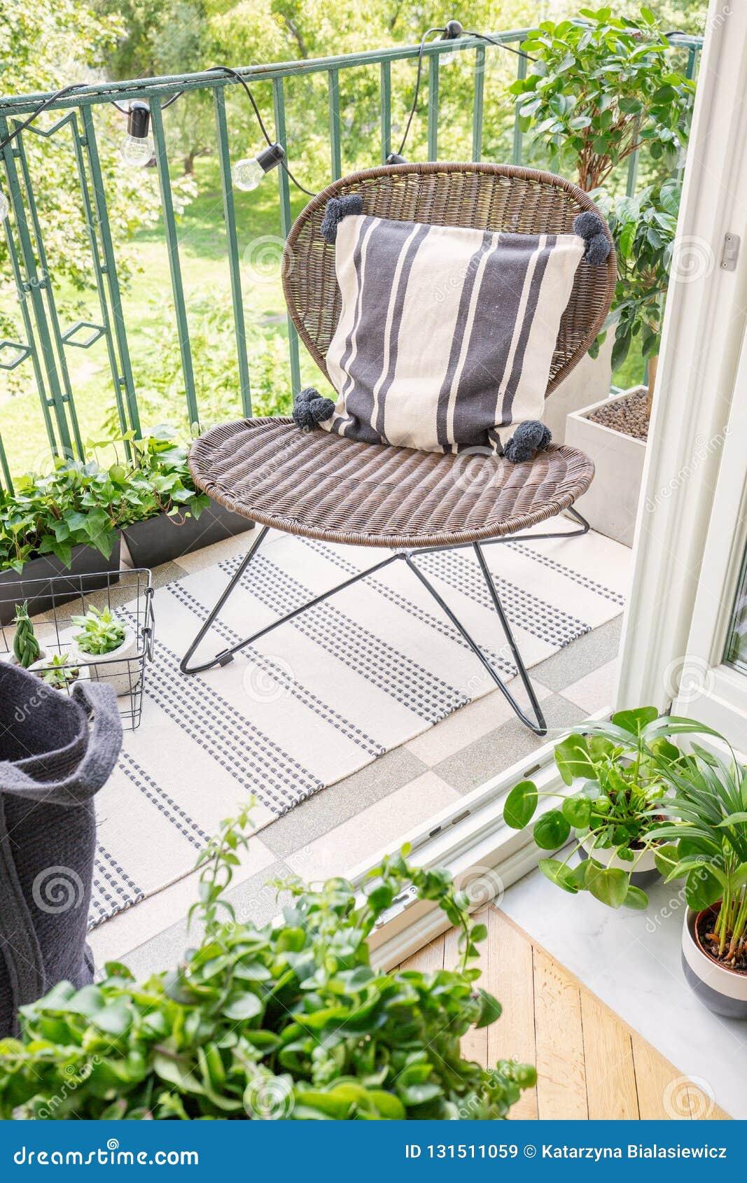 时髦的藤条椅子顶视图在现代平,真正的照片阳台的