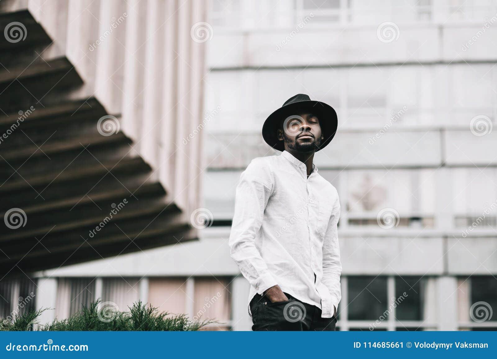 时髦的行家帽子的年轻英俊的美国黑人的男孩