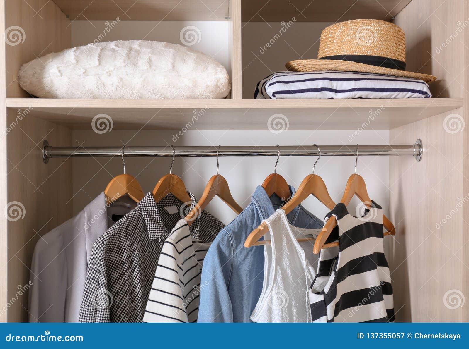 时髦的衣裳和枕头的汇集在衣橱