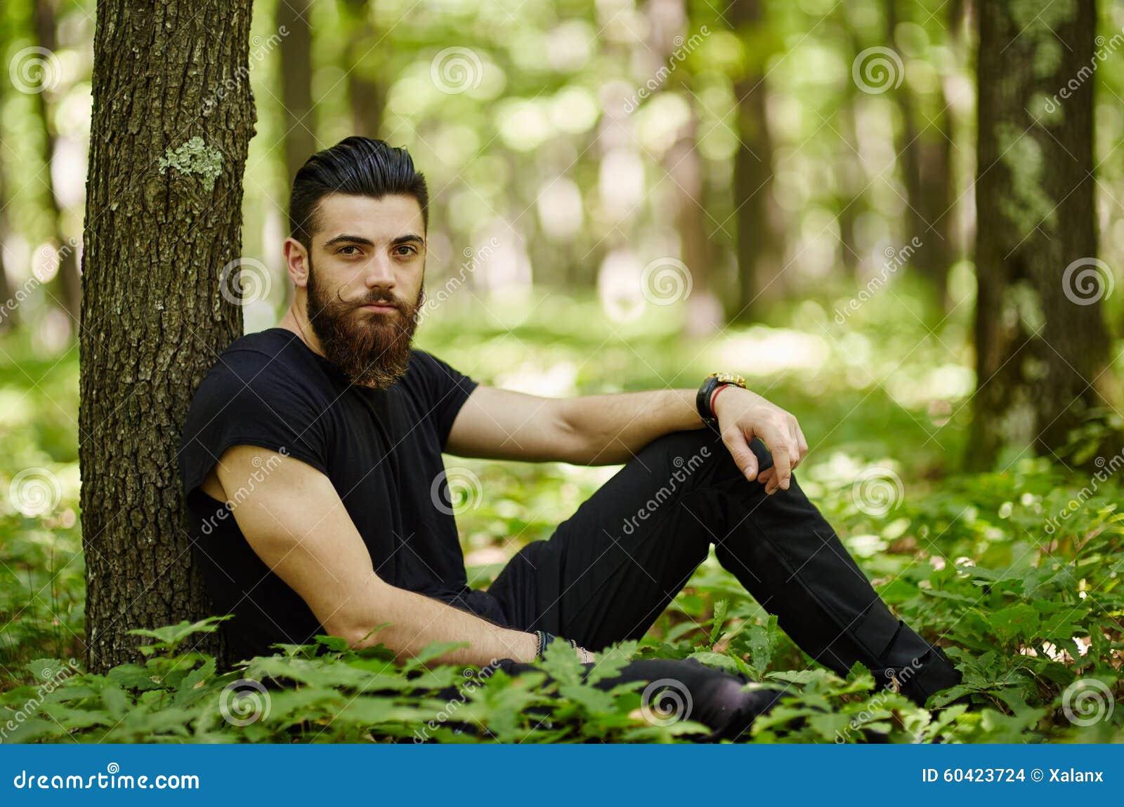时兴的人在橡木森林里