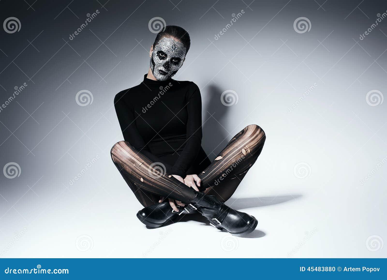 时兴的哥特式妇女坐地板
