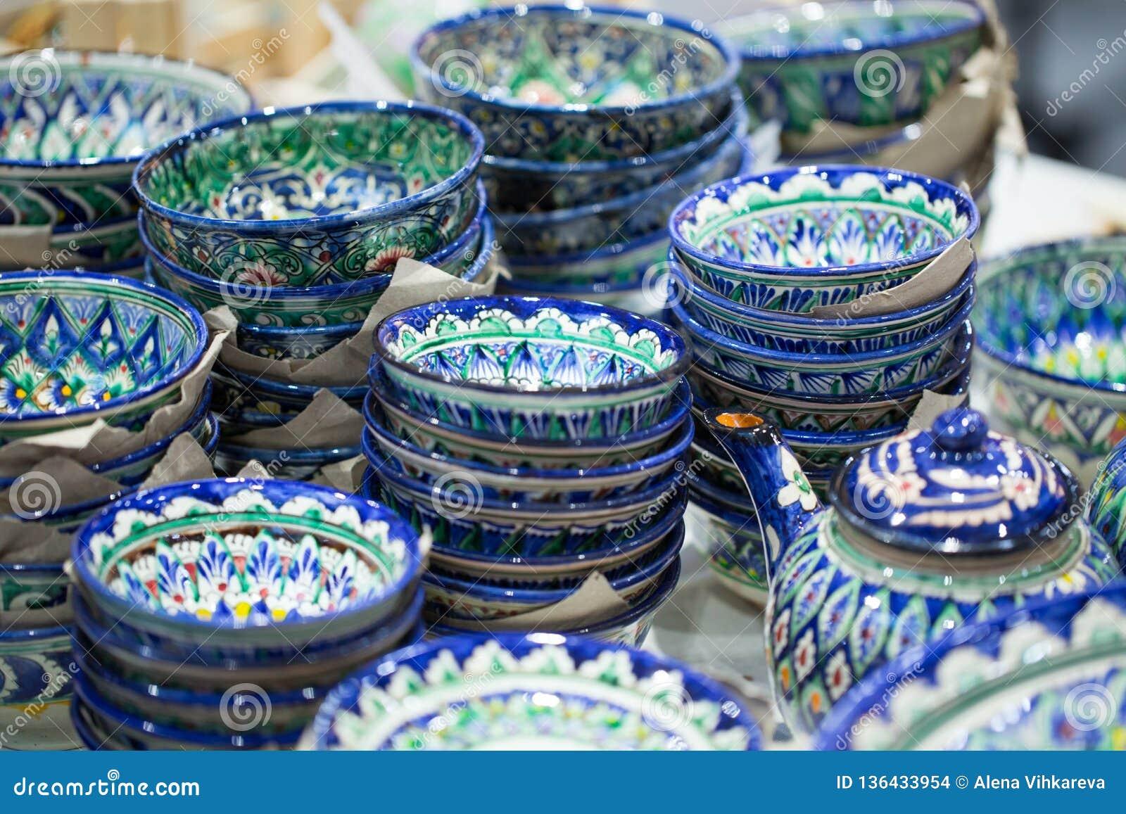 明亮的东方套色板 地道盘手画在全国样式 美丽的碗和板材在东方义卖市场
