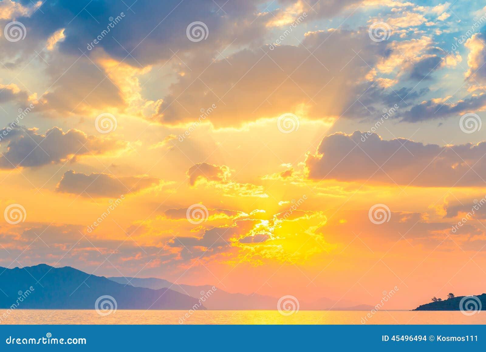 明亮的太阳桔子上升
