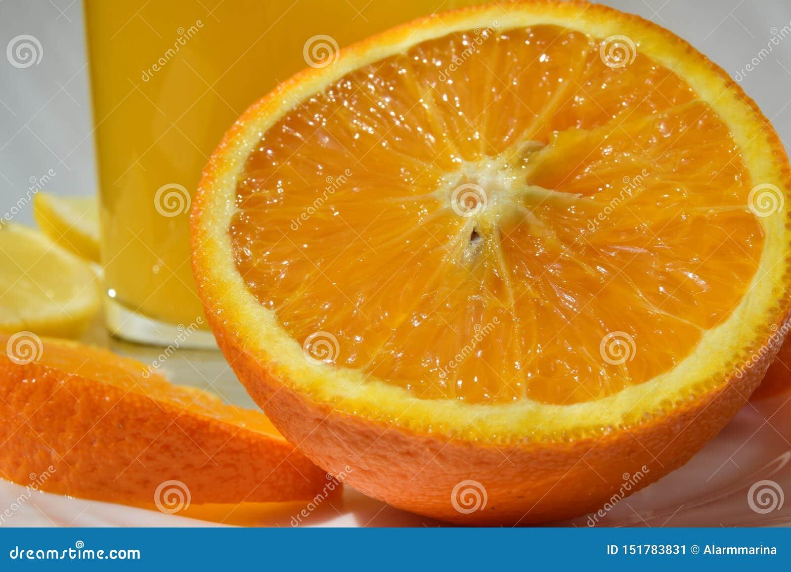 明亮的水多的橙色切片关闭