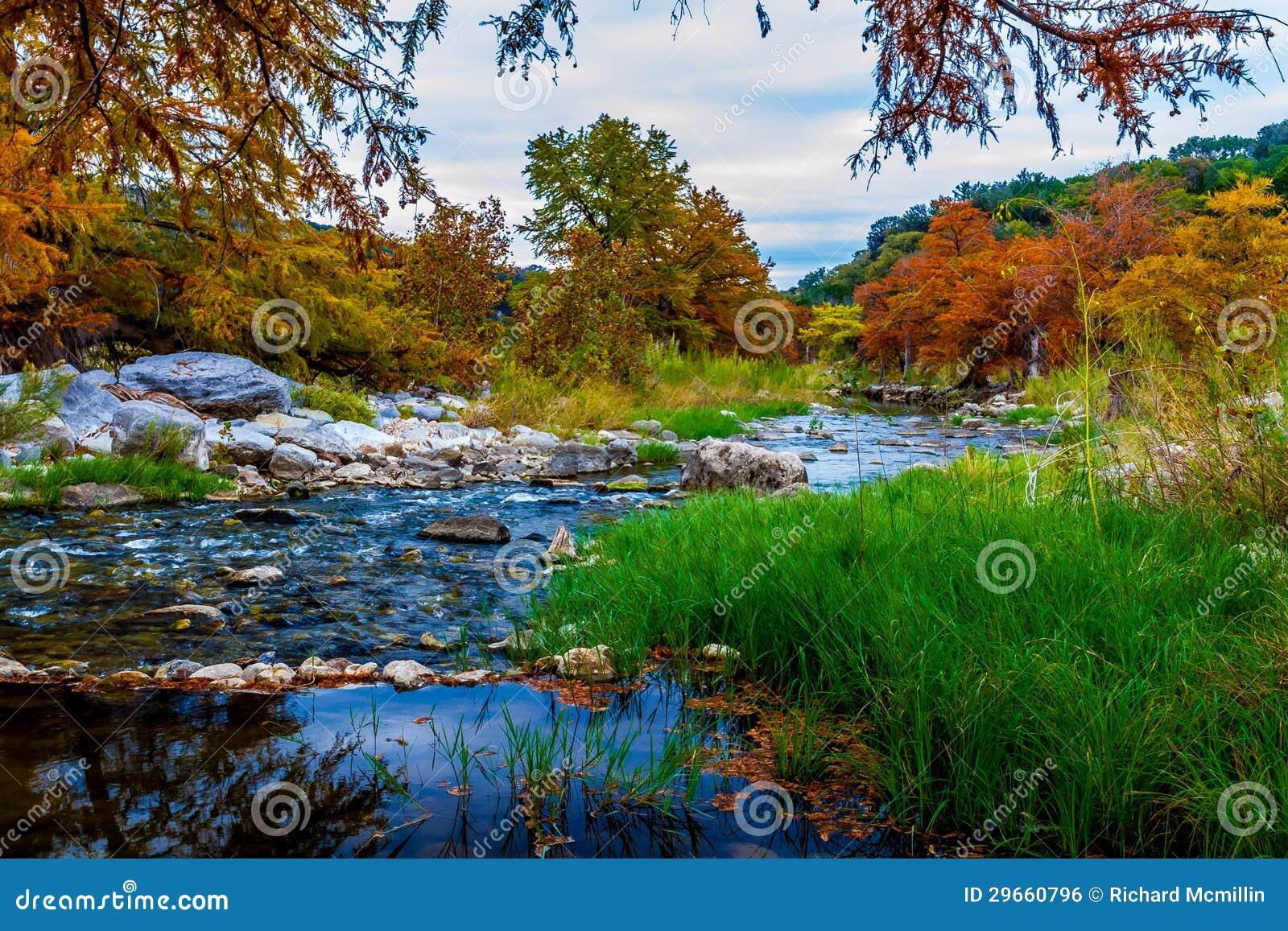 明亮的秋天上色围拢一条美丽的小山国家河。