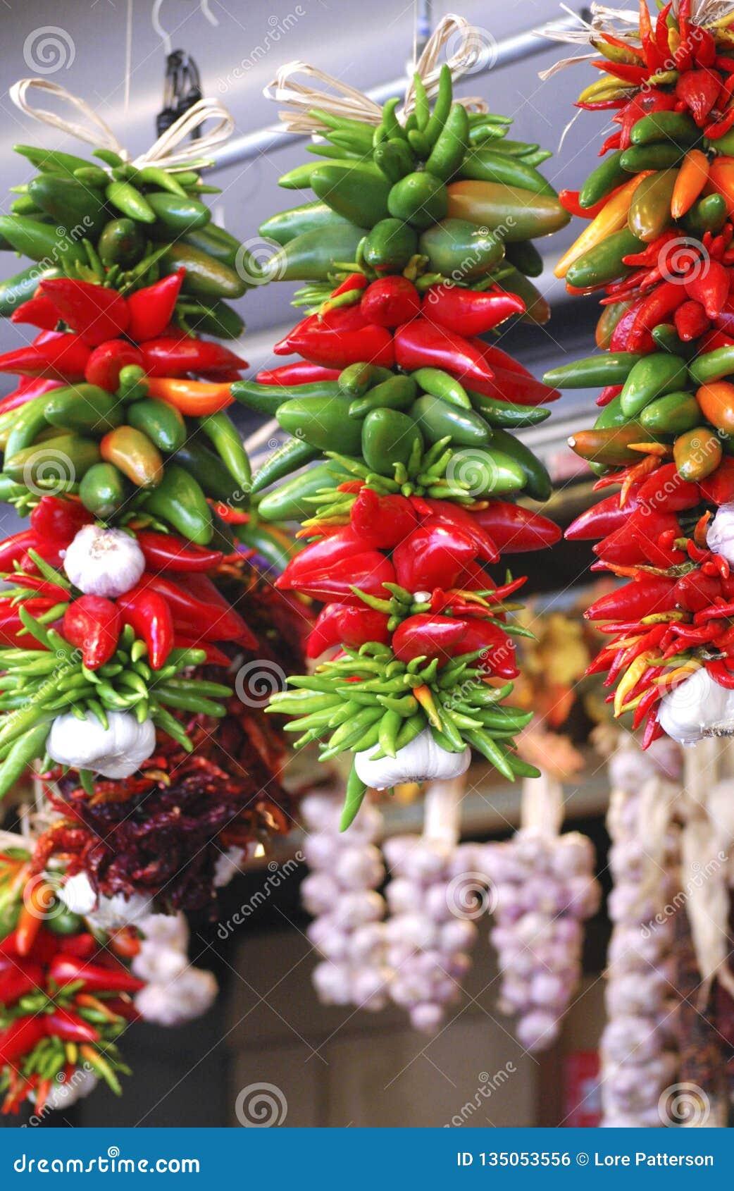明亮的红色和绿色辣椒Ristra