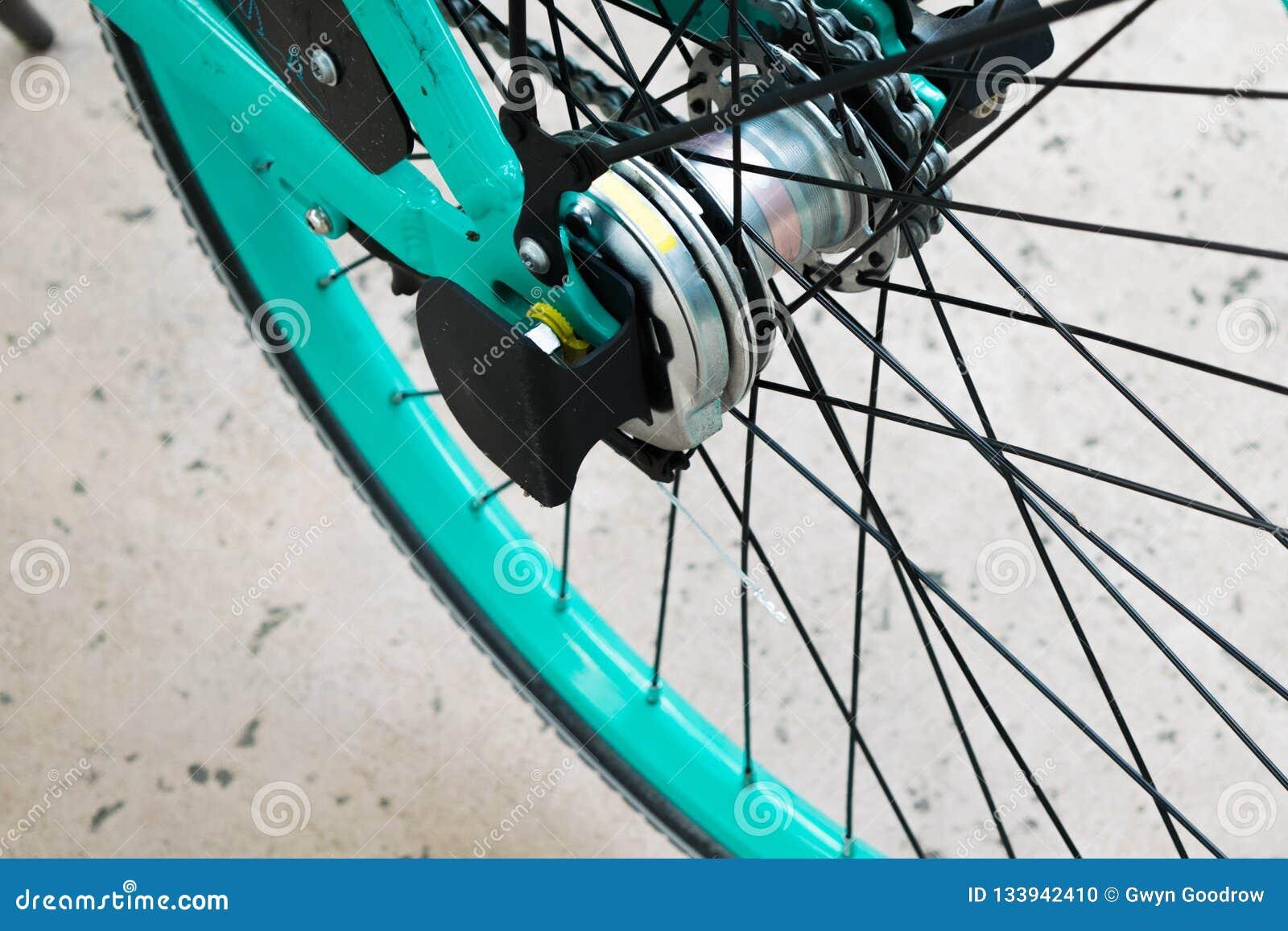 明亮的颜色绿松石自行车车轮轮胎轮幅