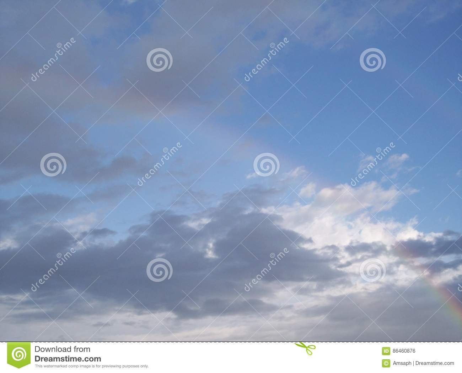 昏倒双重彩虹反对蓝天和云彩