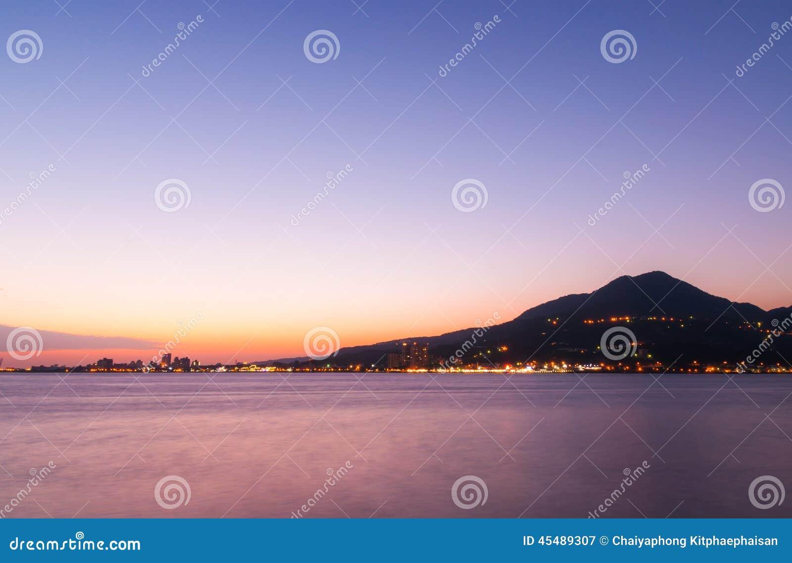黄昏的港口城市