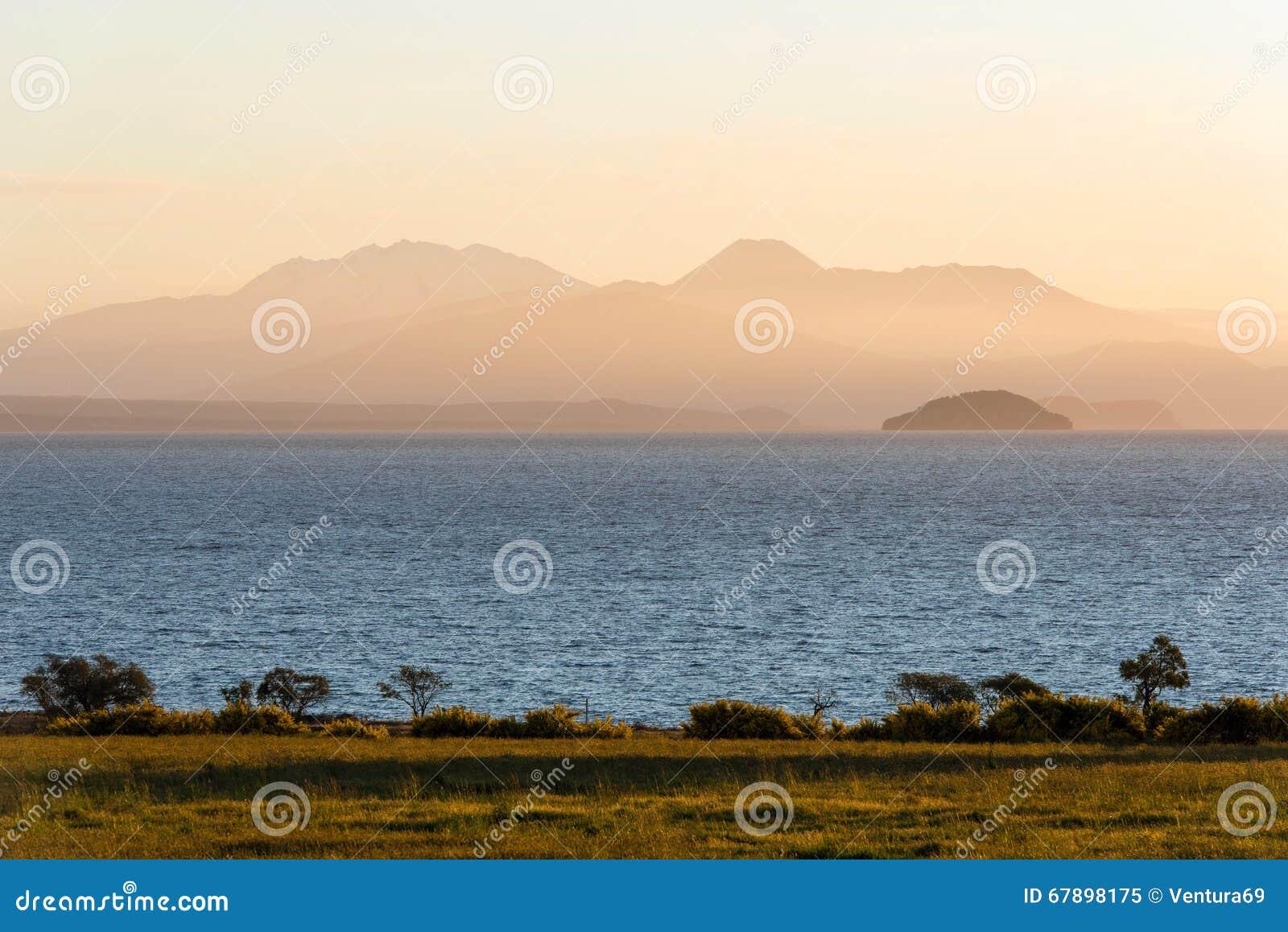 黄昏的陶波湖,新西兰