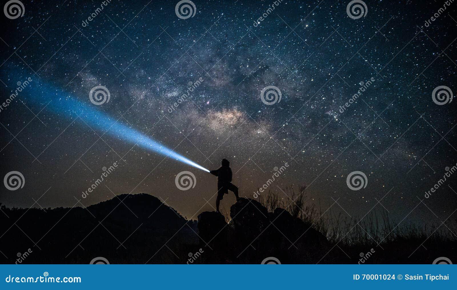 星俘获器 人在银河旁边站立
