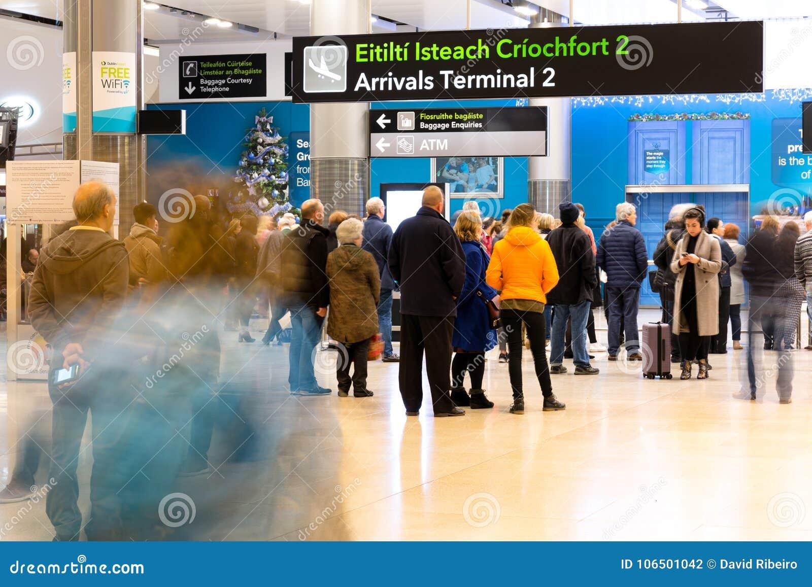 星期五, 2017年12月22日,都伯林爱尔兰-终端2到来的人们