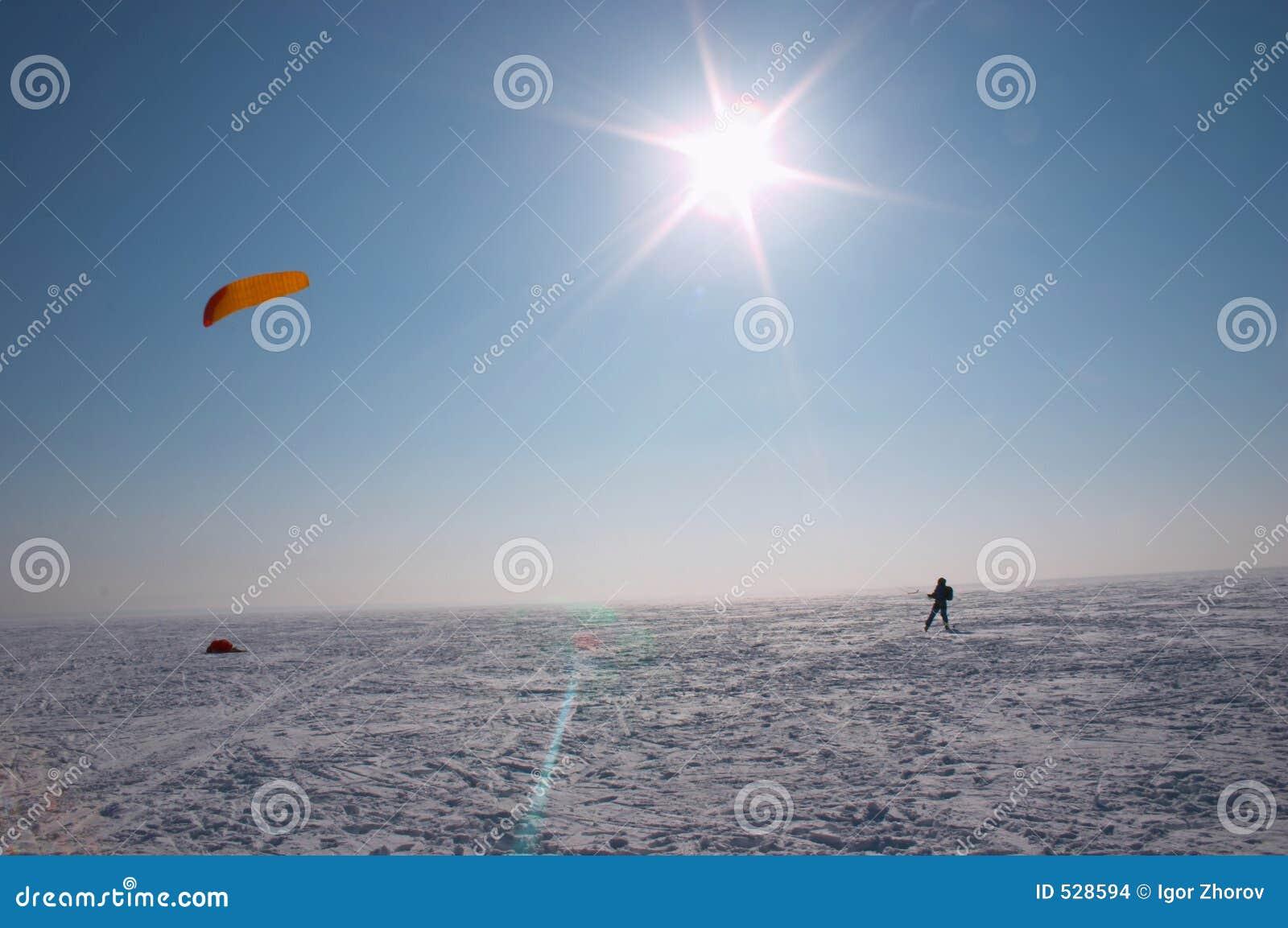 Download 星期日冬天 库存照片. 图片 包括有 作用, 安静, 全能, 风筝, 齿轮, 航空, 放松, 行程, 天空, 滑雪 - 528594