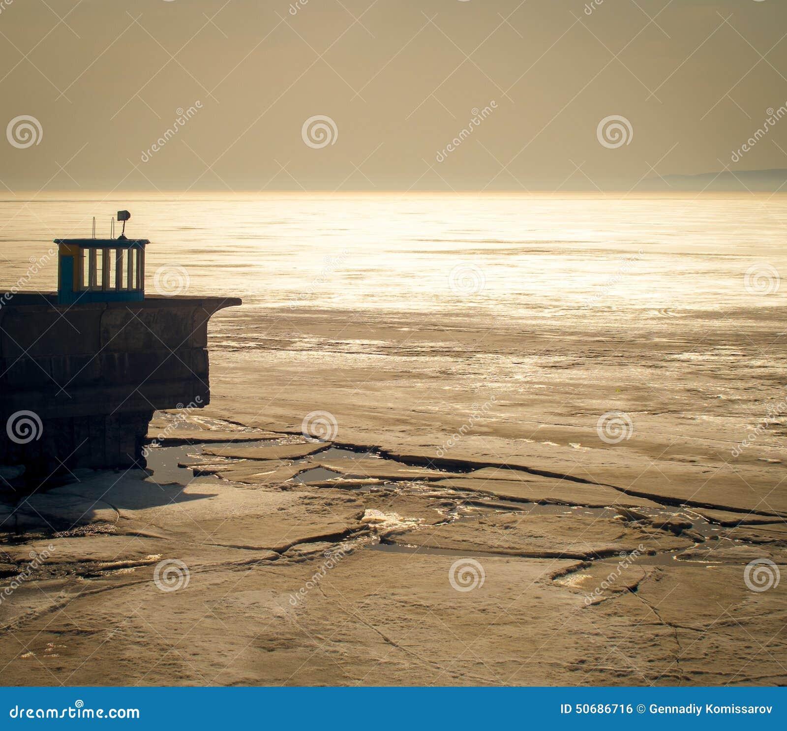 Download 春天剧情 库存照片. 图片 包括有 照明设备, 云彩, 海岛, 小船, 反映, 春天, 心情, 沈默, 结构树 - 50686716