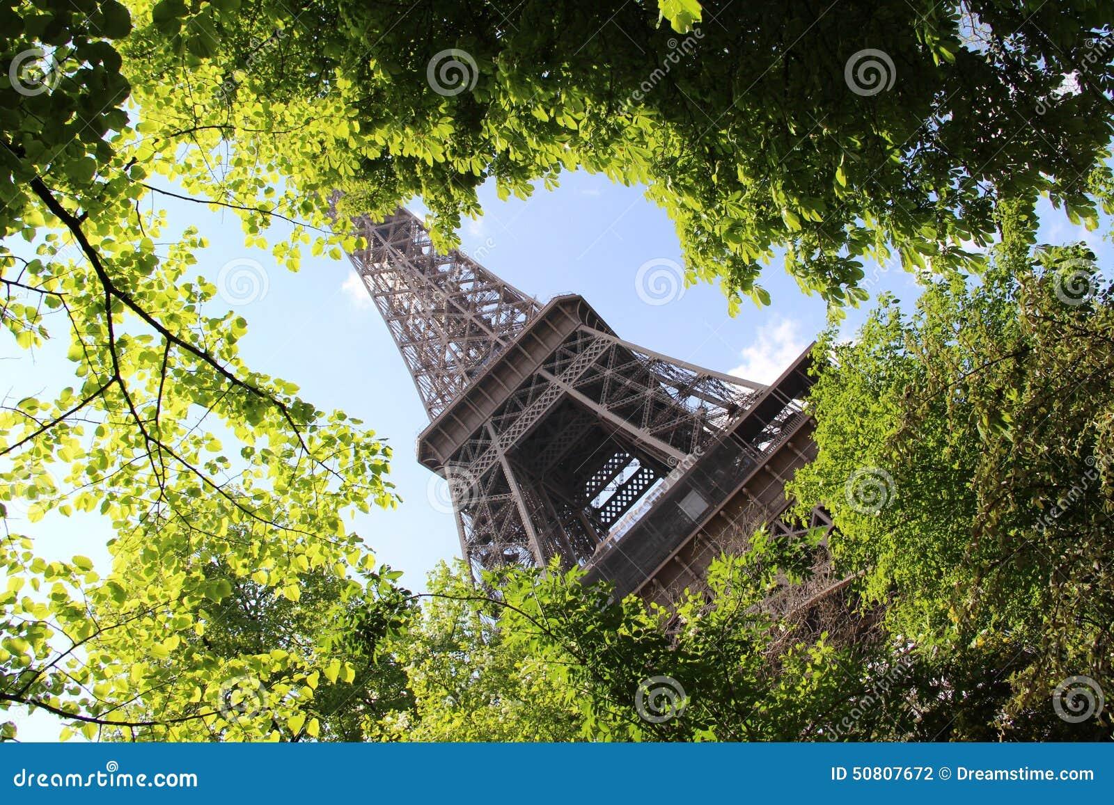 春天在巴黎,艾菲尔铁塔