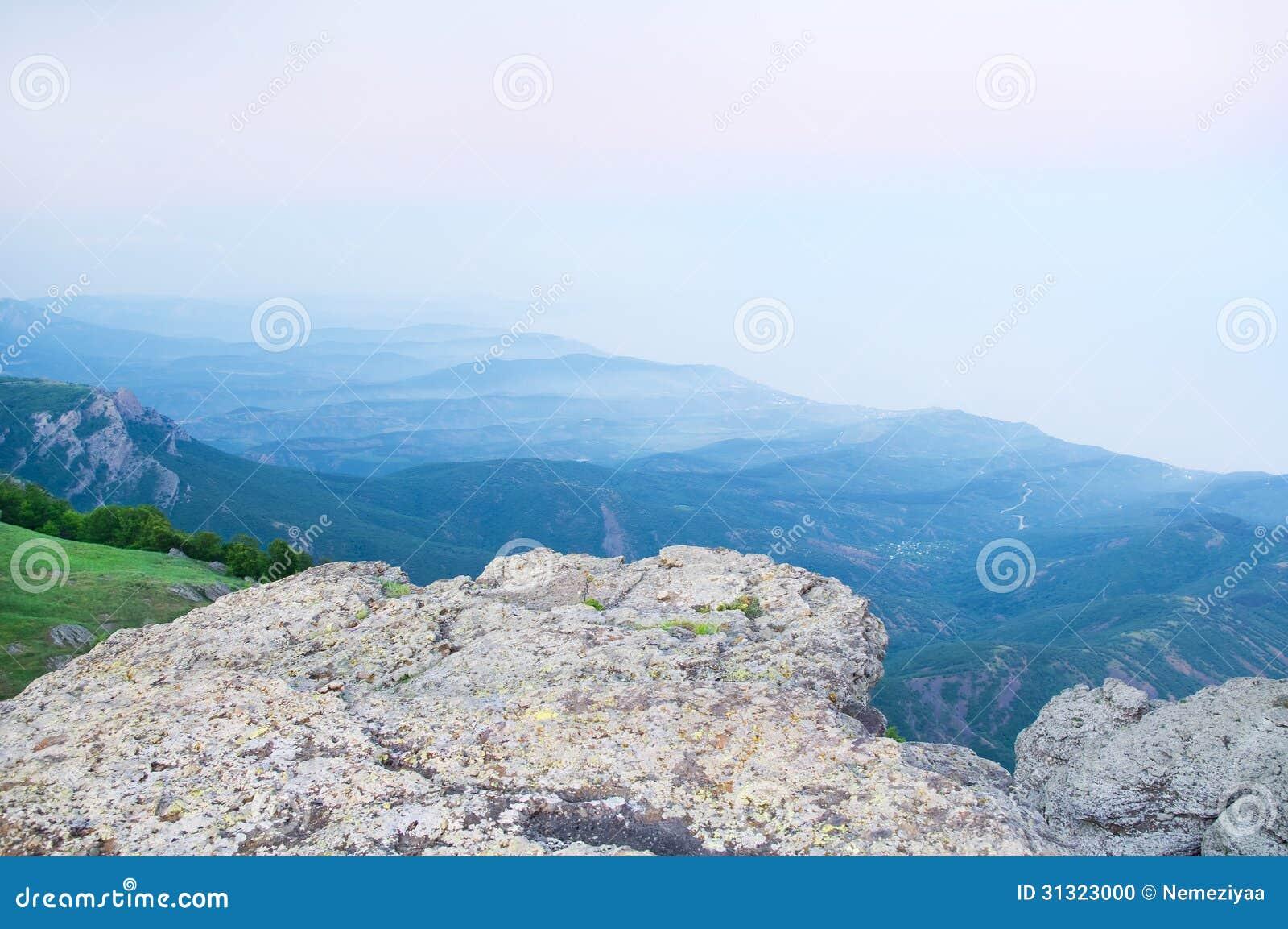 春天有雾的早晨农村风景。
