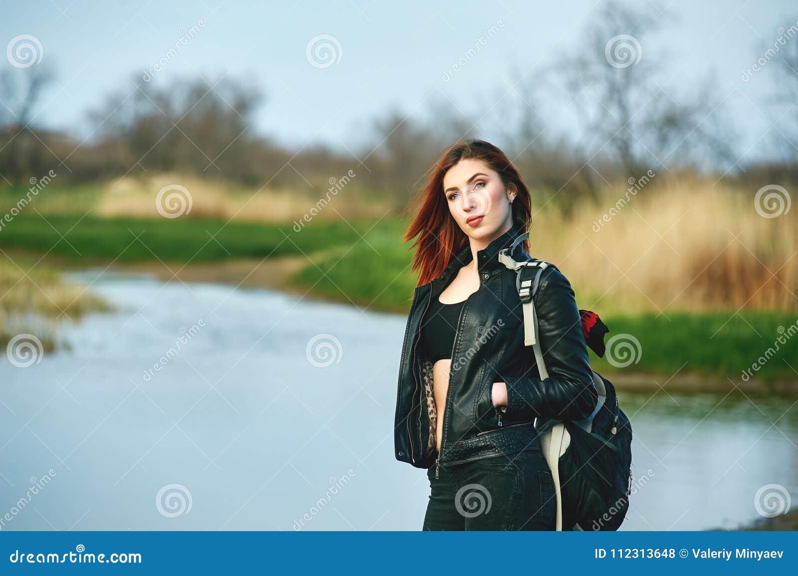 春天步行的快乐的少妇
