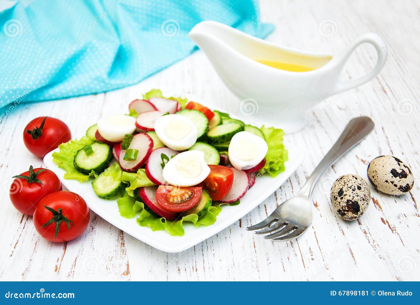 春天沙拉用鸡蛋、黄瓜和萝卜