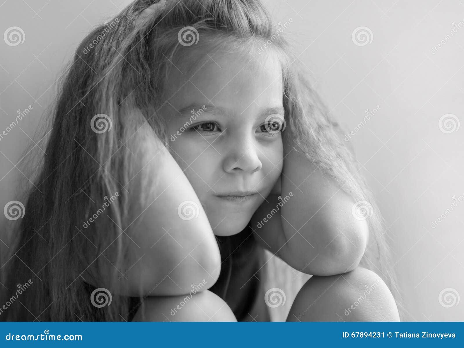 是哀伤的黑白照片一个小女孩的画象