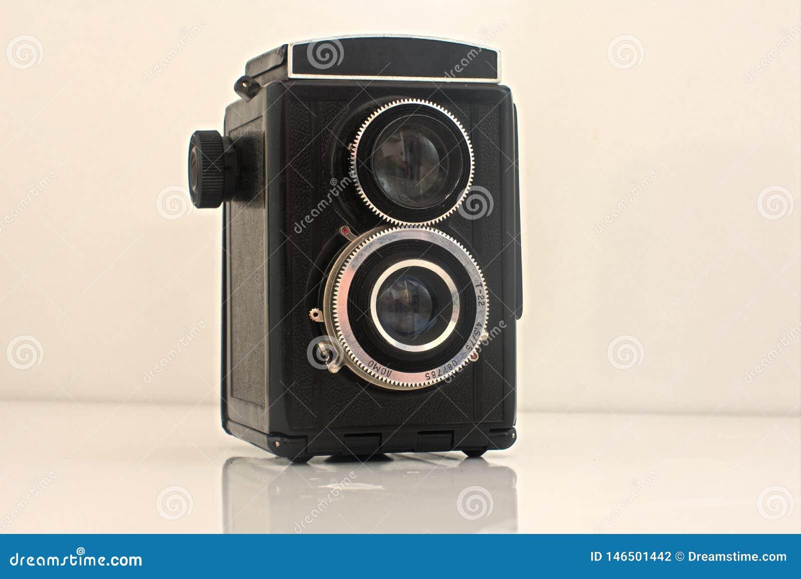 是有白色背景的老葡萄酒照相机