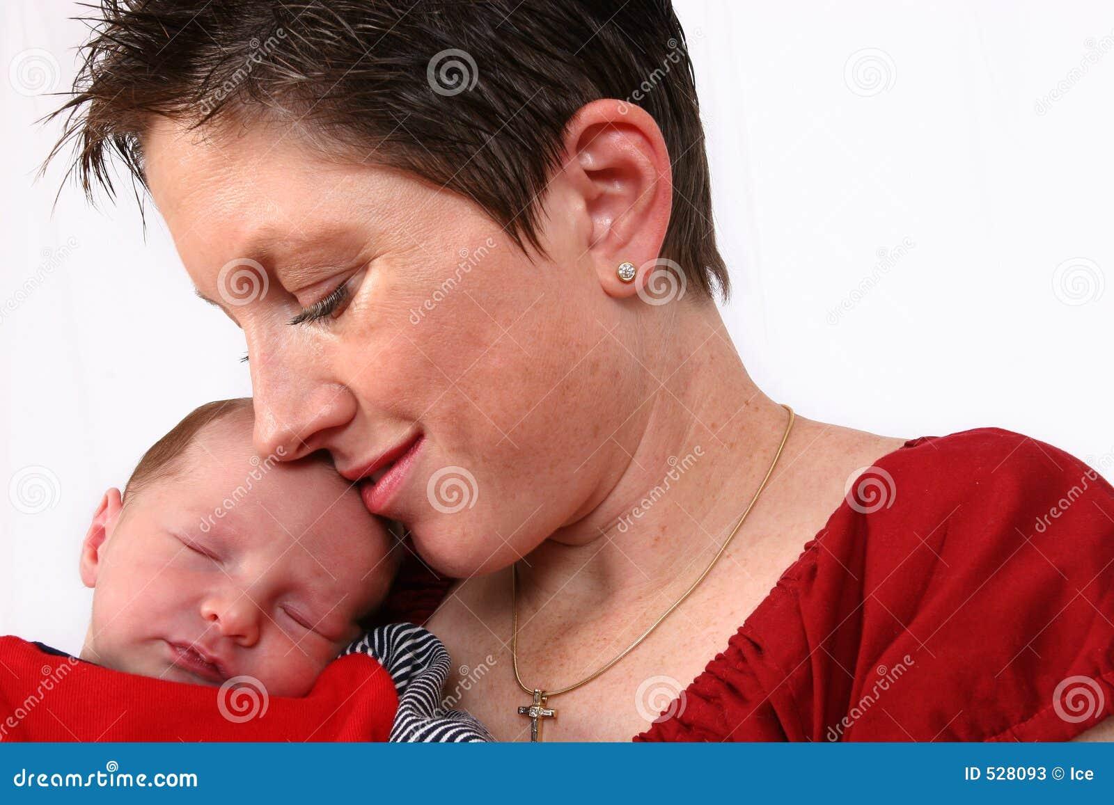 Download 是的婴孩爱恋的母亲手表 库存图片. 图片 包括有 安全, 过早, 逗人喜爱, 小孩, 休眠, 鼻子, 关心, 婴孩 - 528093