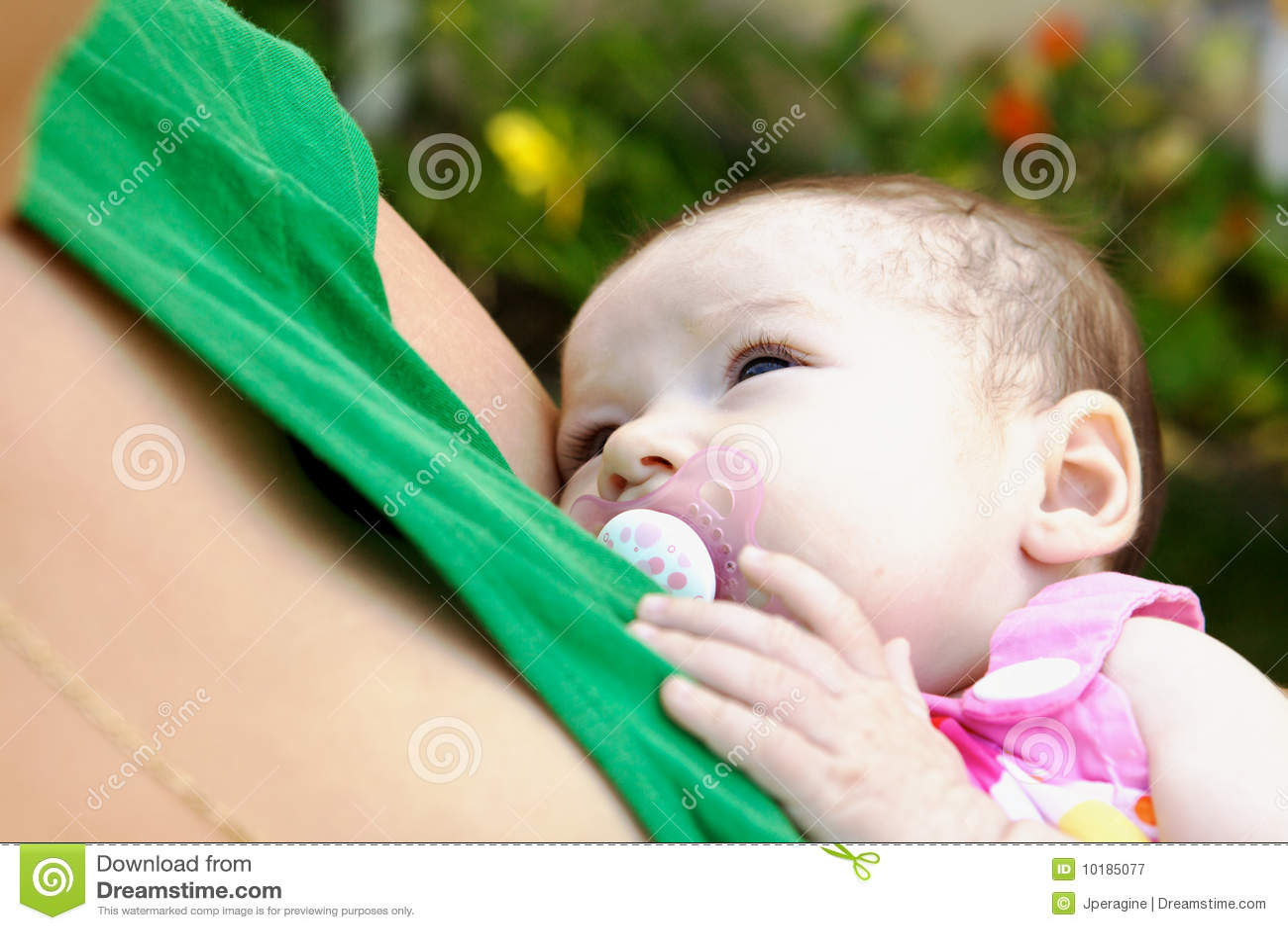 是的婴孩被拿着的母亲