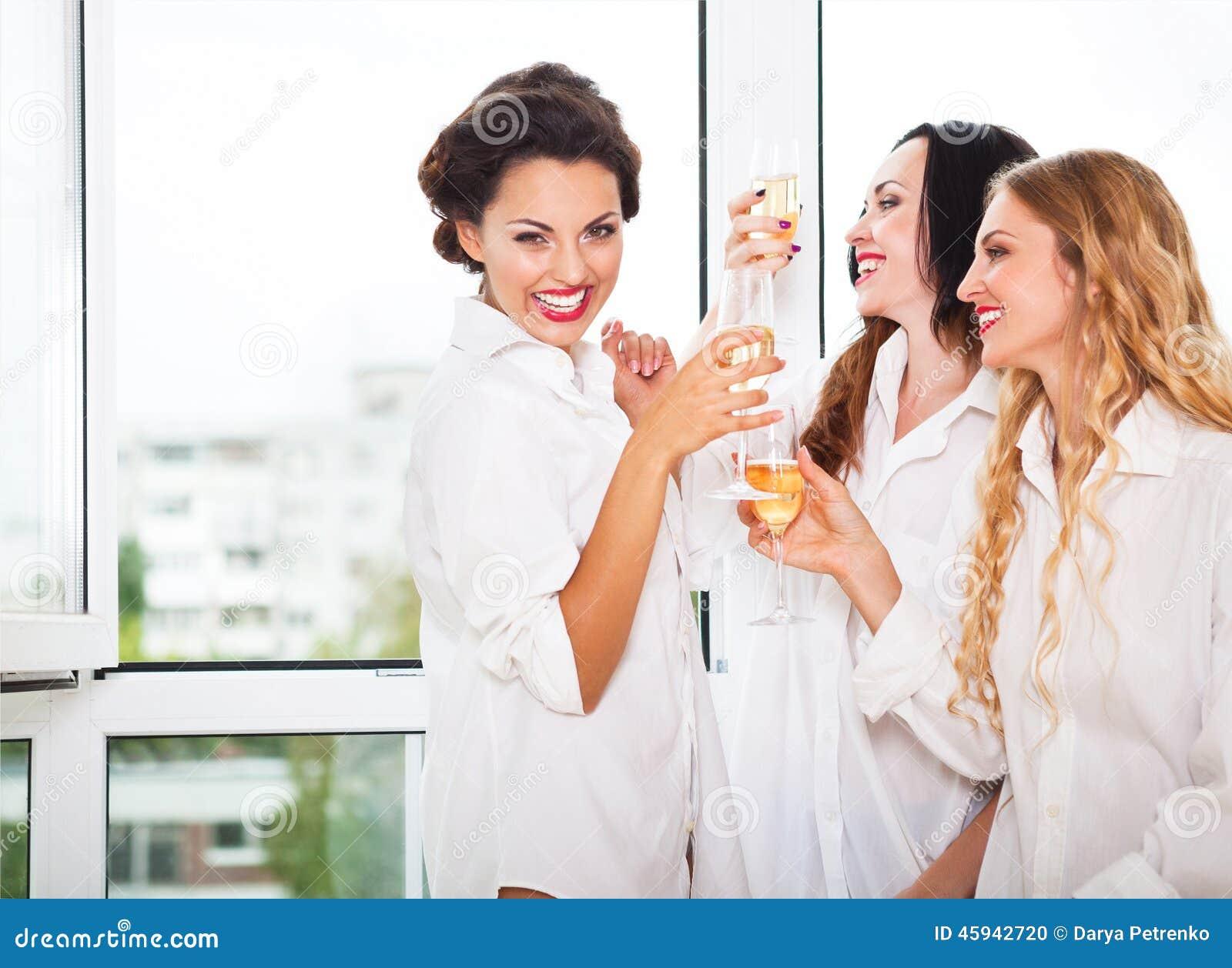是的新娘和bridemaids对负玻璃用香槟