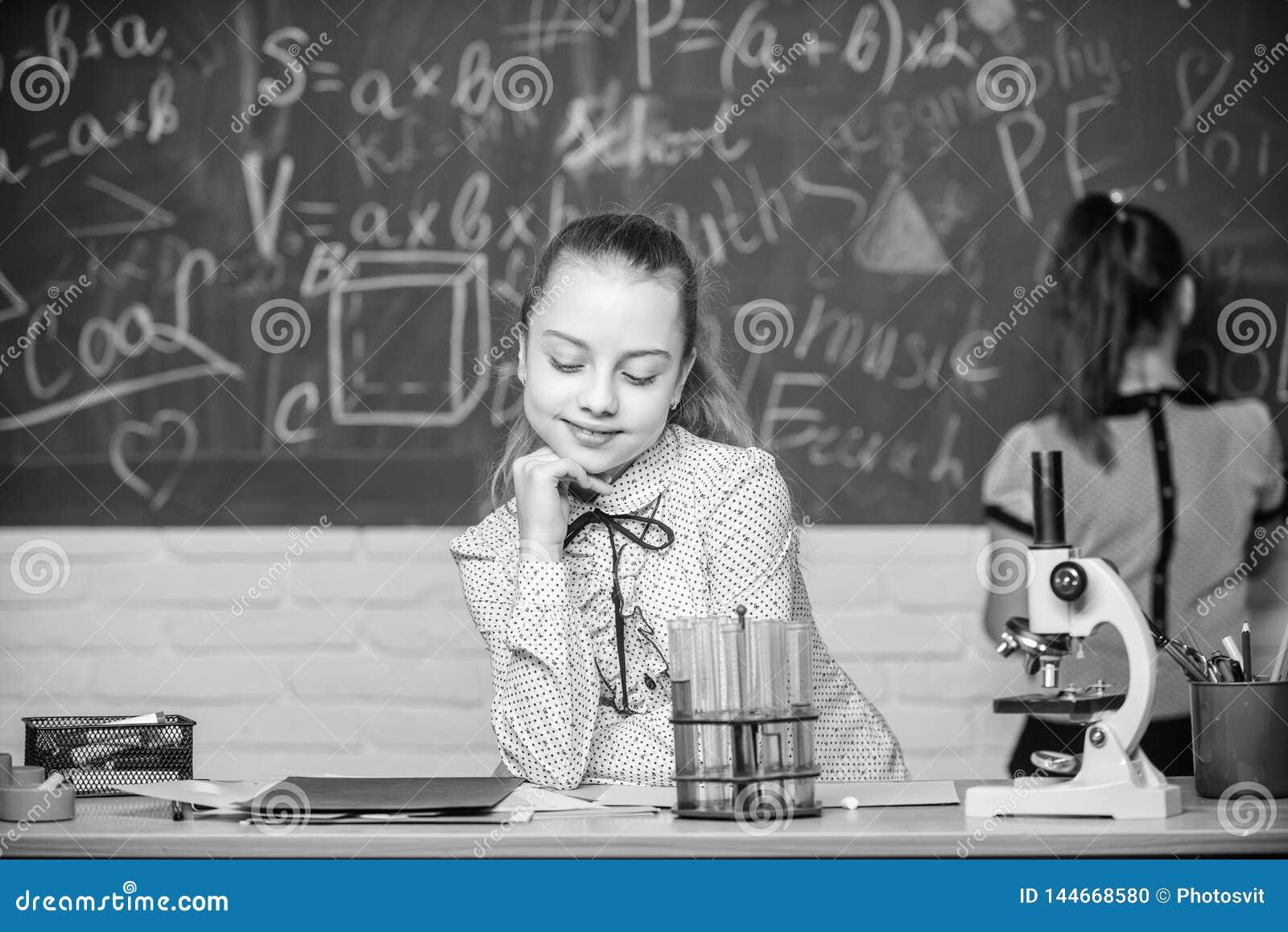 显微镜试管化学反应 在黑板的学生 迷人的科学 正规教育学校