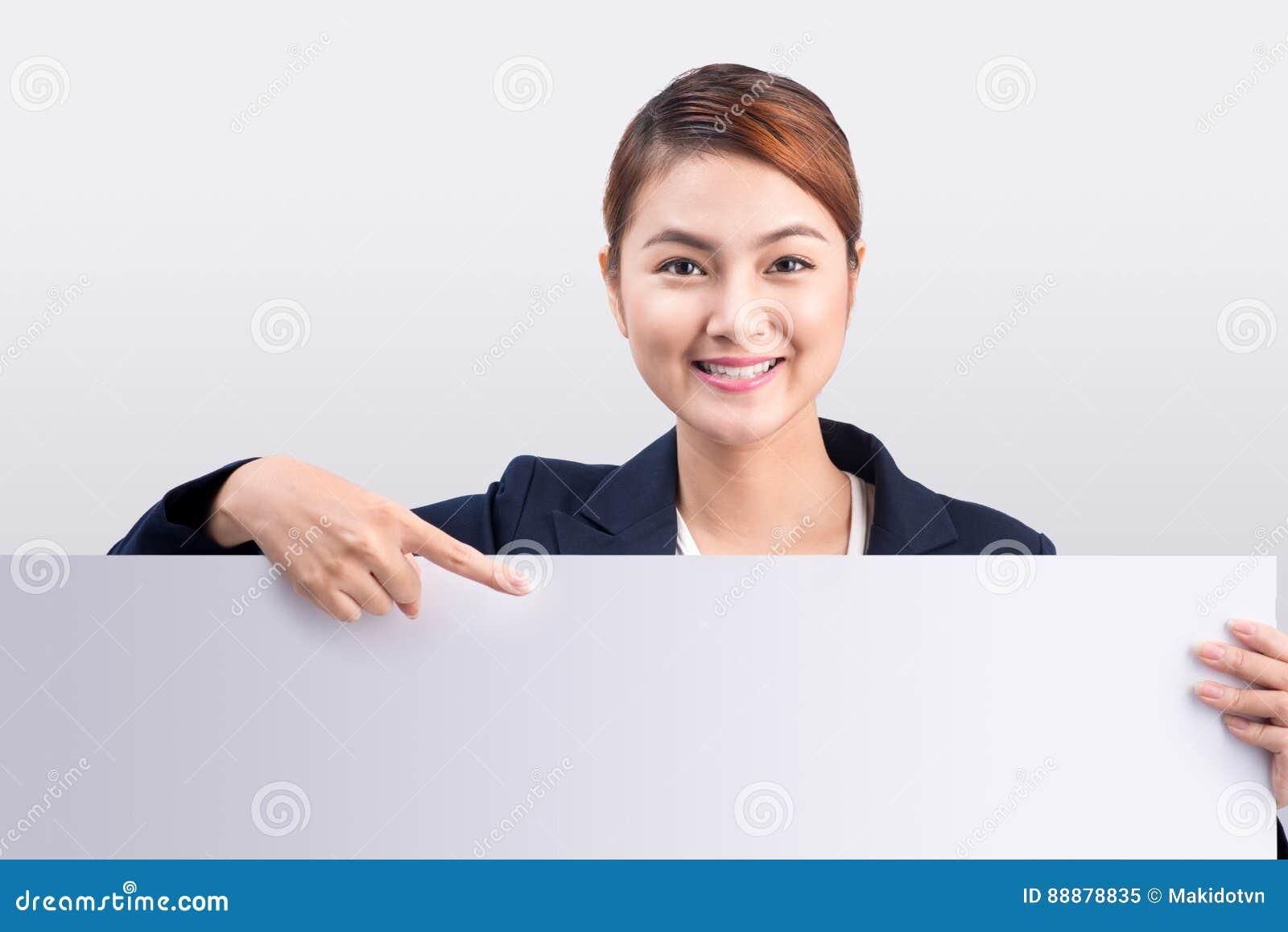 显示一个白板的年轻可爱的亚裔妇女