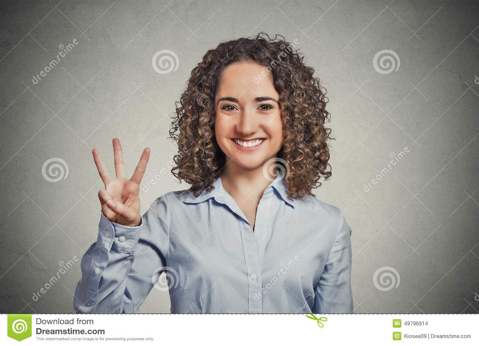 显示三个手指标志姿态的妇女