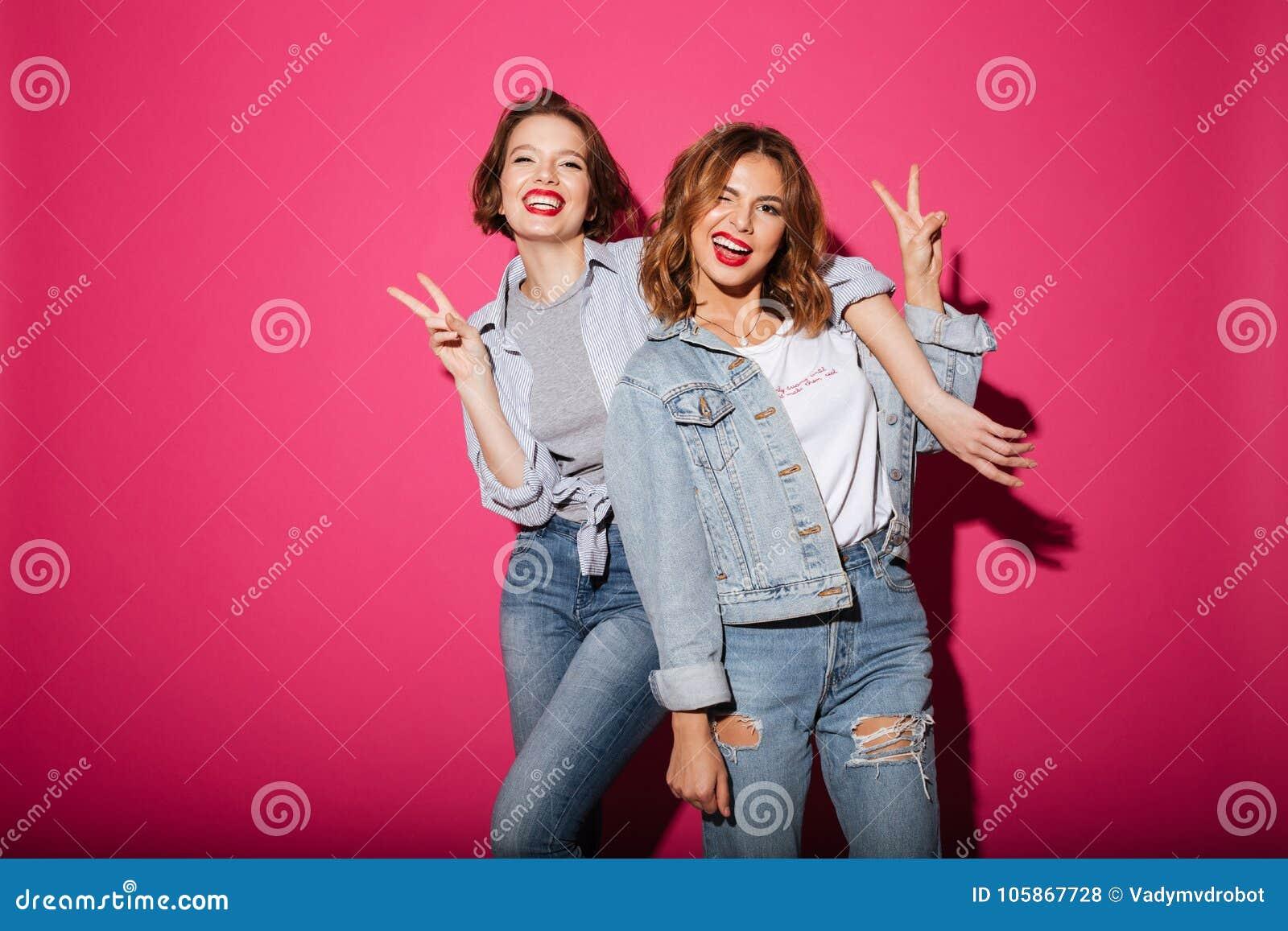 显示和平姿态的妇女朋友