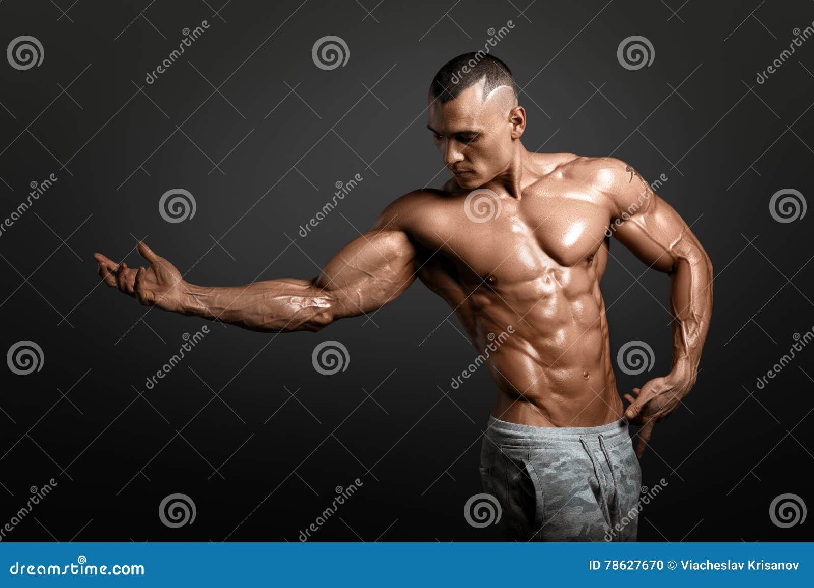 显示大肌肉的强的运动人健身模型躯干