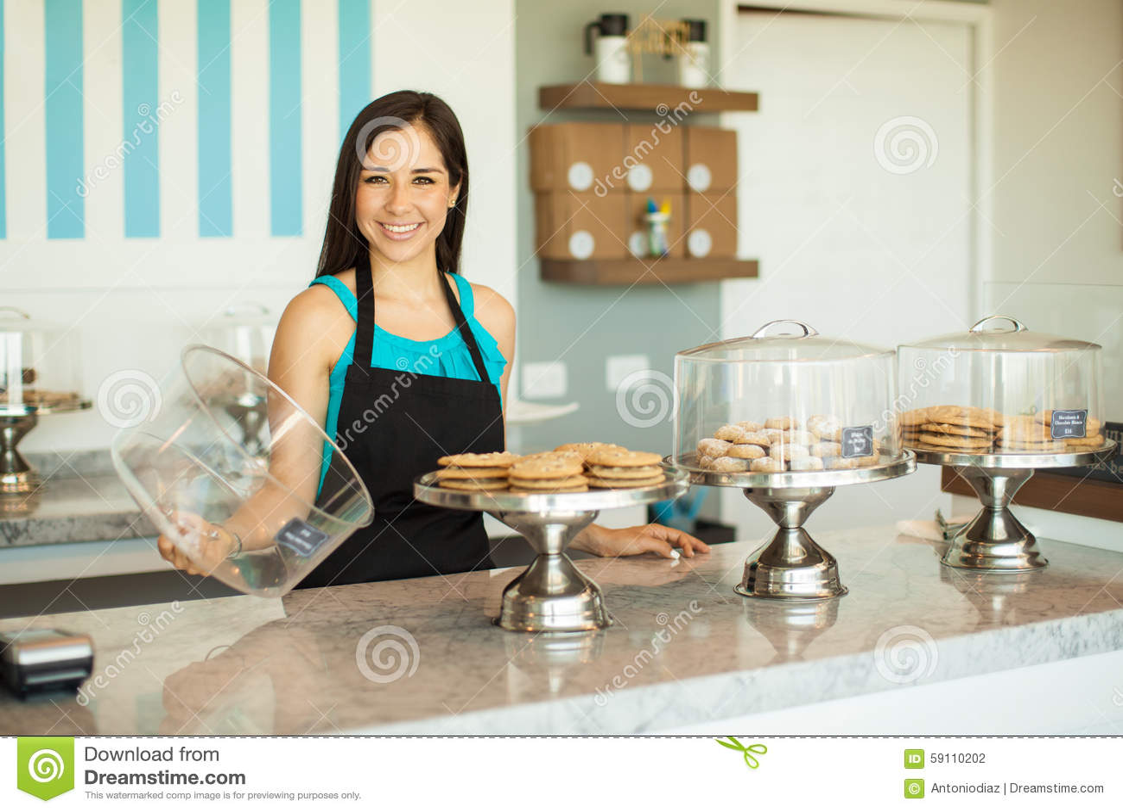 显示她新近地烘烤了产品