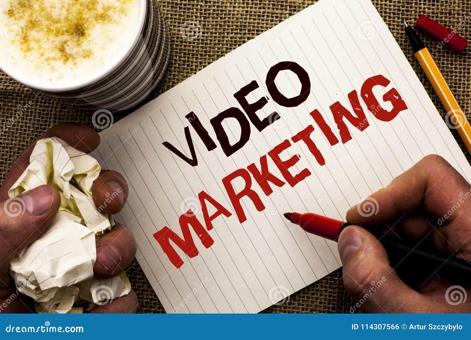 显示录影行销的文字笔记 企业照片陈列的媒体广告多媒体促进数字式战略书面b