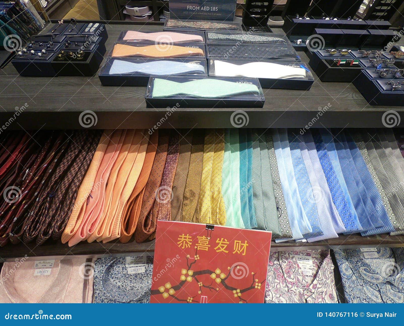 显示待售五颜六色的人领带 领带五颜六色的树荫的汇集在商店的