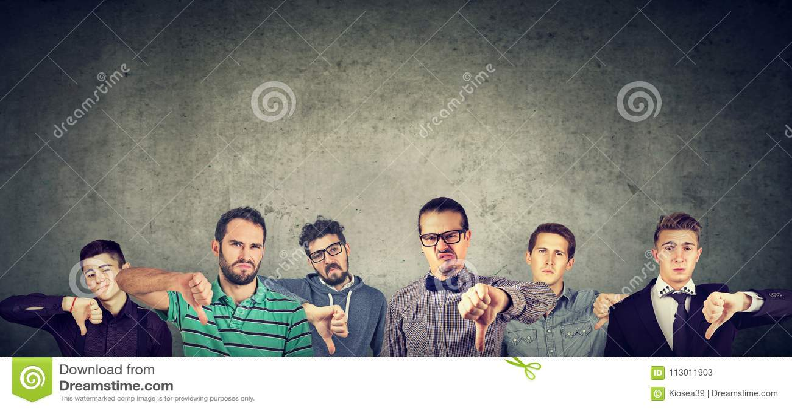 显示拇指的恼怒的小组年轻人下来打手势