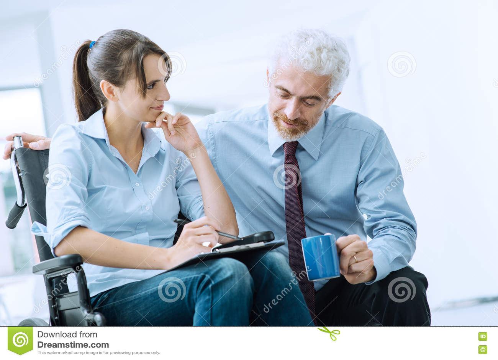 显示文件的商人对妇女在轮椅