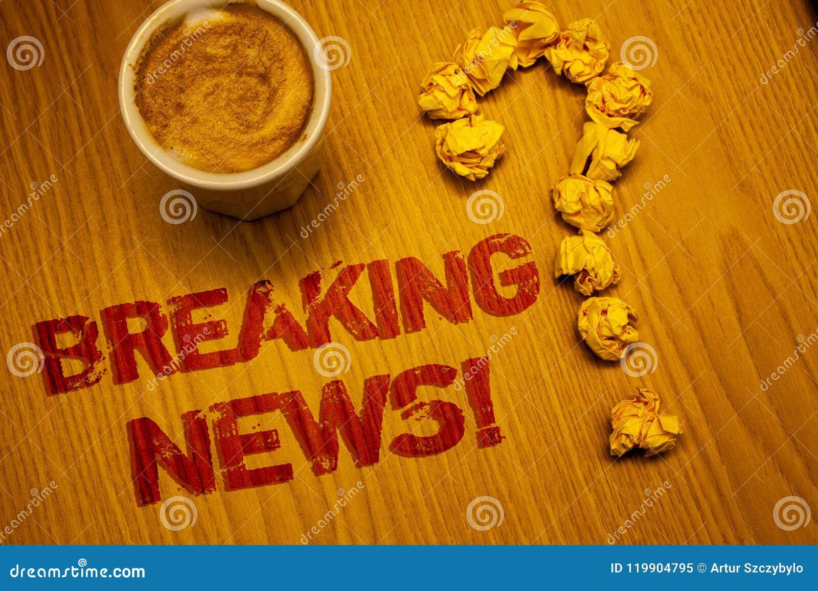 显示最新新闻诱导电话的文本标志 概念性照片更新了书面的新闻报道最新的信息字书桌Cof