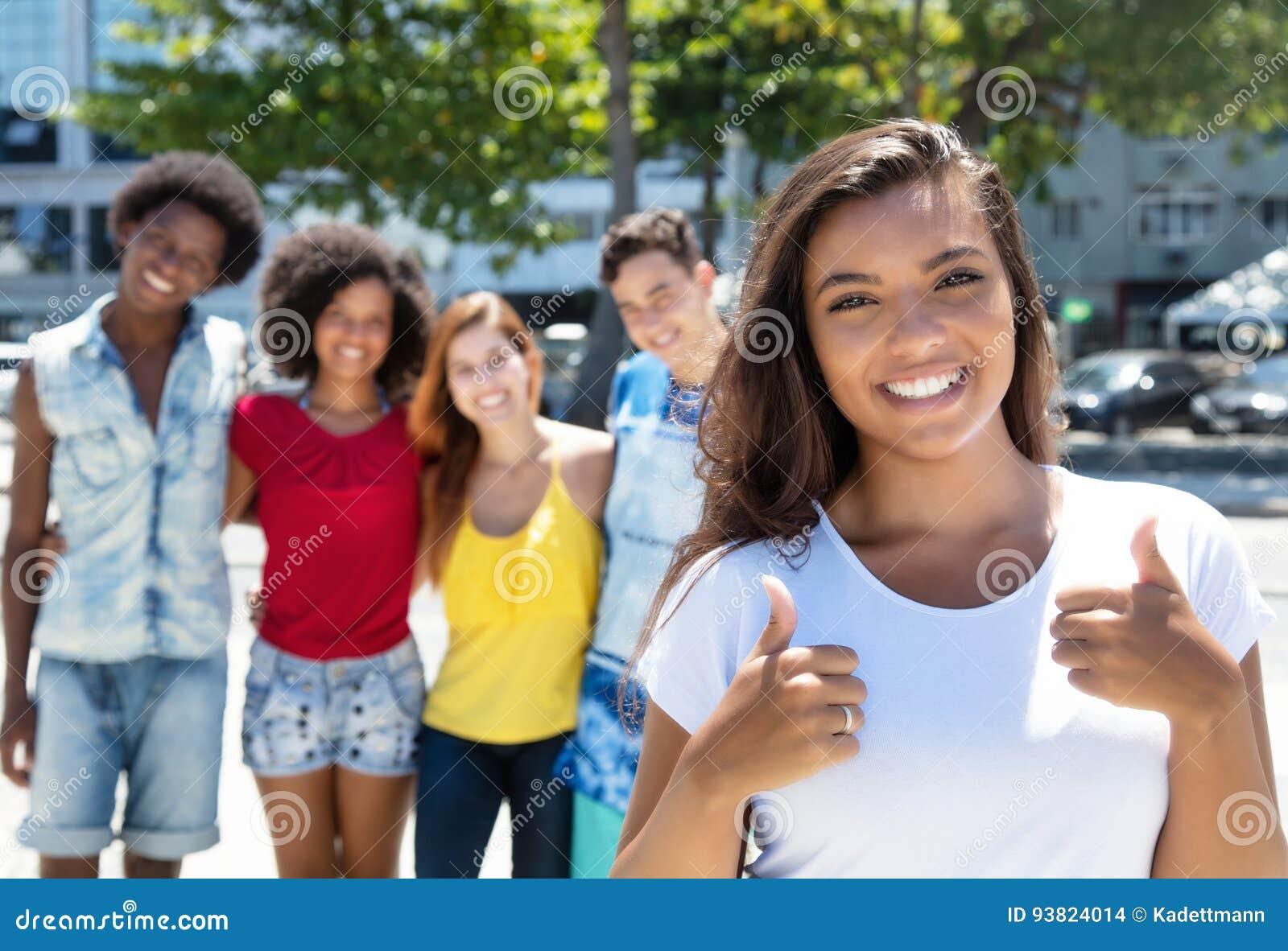 显示有小组多种族人民的拉丁美洲的女孩拇指