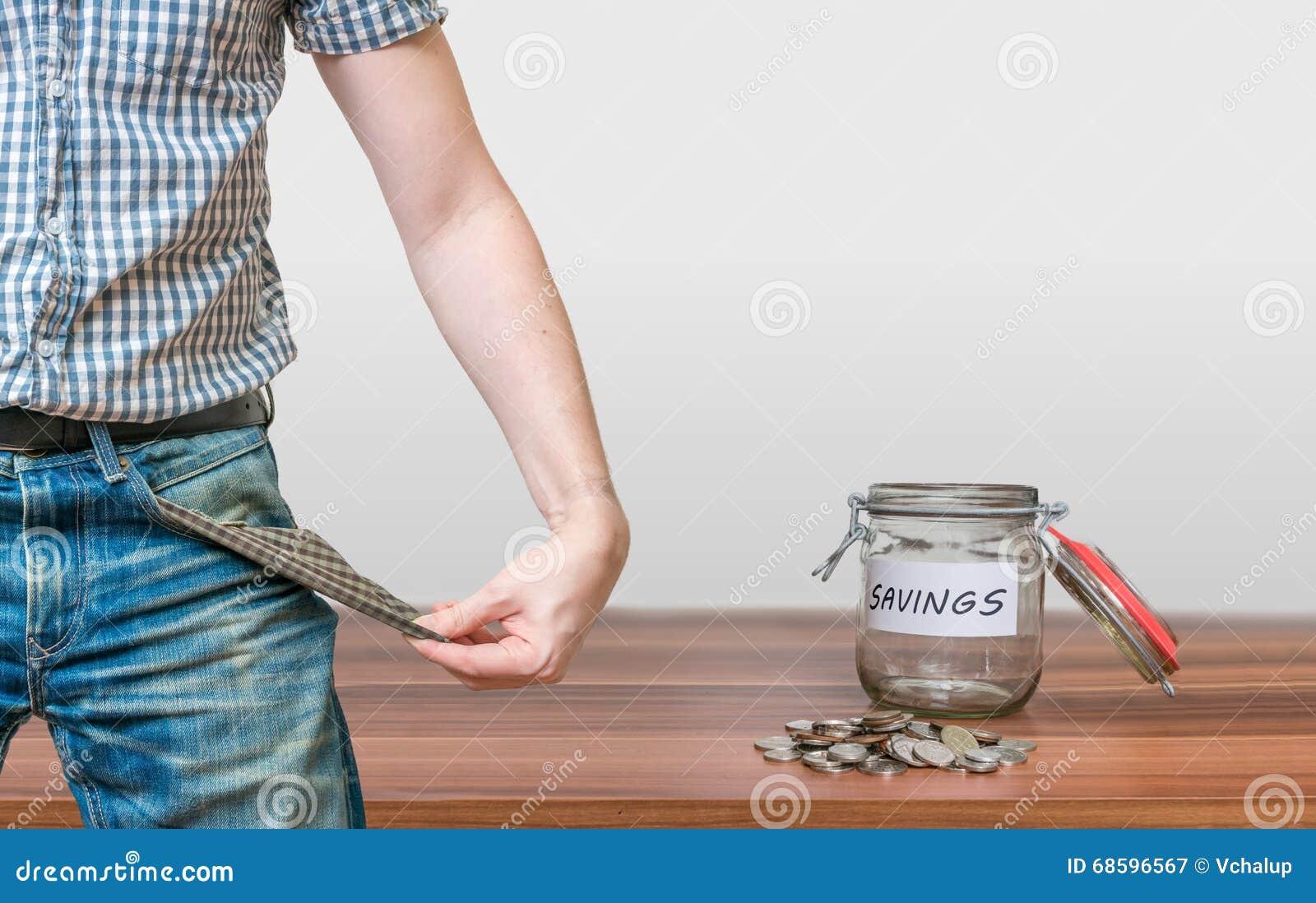 显示有硬币的人口袋作为没有金钱标志和瓶子