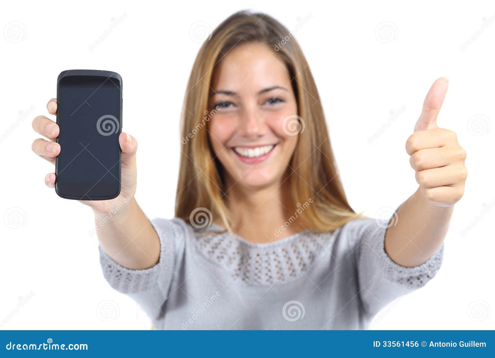 显示有赞许的美丽的妇女一个智能手机