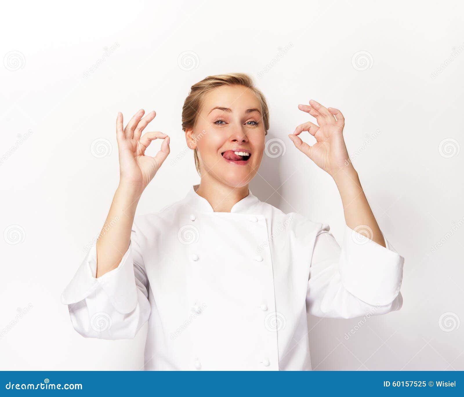 中级厨师�z�)^�W��_显示标志的厨师完善两个的妇女移交whita背景微笑.