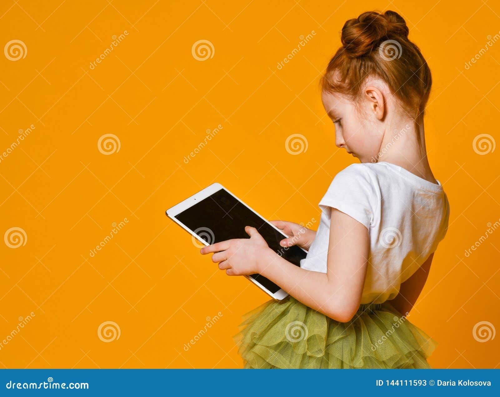 显示片剂的儿童计算机愉快的孩子 孩子陈列